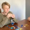 使用乐高玩具测试儿童在空间中可视化和旋转3D形状的能力