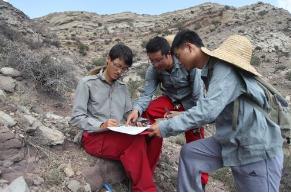 为了帮助学生进行3D思维地质学家转向了纸模型制作