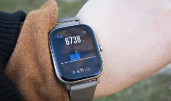 TitaniumElektron结合了自动手表的优点和智能手表的健康追踪功能