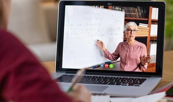 大学官员说此后在线学习将成为更重要的优先事项