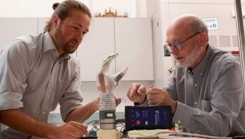 犹他大学的假肢LukeArm模仿手感觉物体的方式