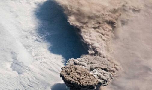 从国际空间站捕捉到的莱科克火山罕见的喷发