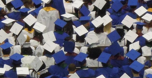 随着此时间的延长各州放宽了高中毕业要求