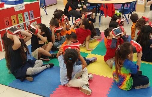 德克萨斯州拉雷多独立学区的小学生使用他们的VR耳机
