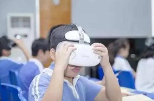 Vasquez说教师确保学生在使用VR时坐下来