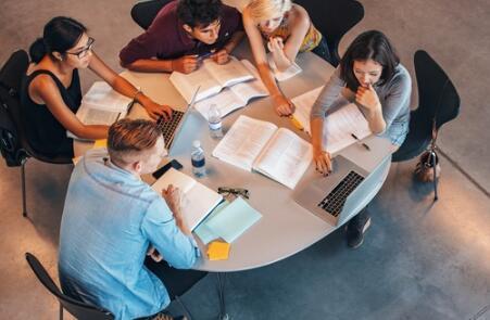 将学生与当地企业配对传授解决问题的软技能